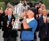 Moment de gloire pour Brooks Koepka qui ne s'est pas fait prier pour embrasser le trophée Wanamaker au terme du Championnat de la PGA, dimanche.