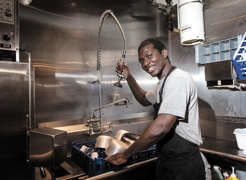 Le plongeur Youssupha Camara, surnommé «Dex», a été accueilli à bras ouverts au restaurant Tandem, situé rue Villeray, à Montréal.