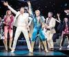 Rythmes disco endiablés, paillettes étincelantes et chorégraphies rodées au quart de tour ; Mamma Mia ! s'avère un divertissement irrésistible.