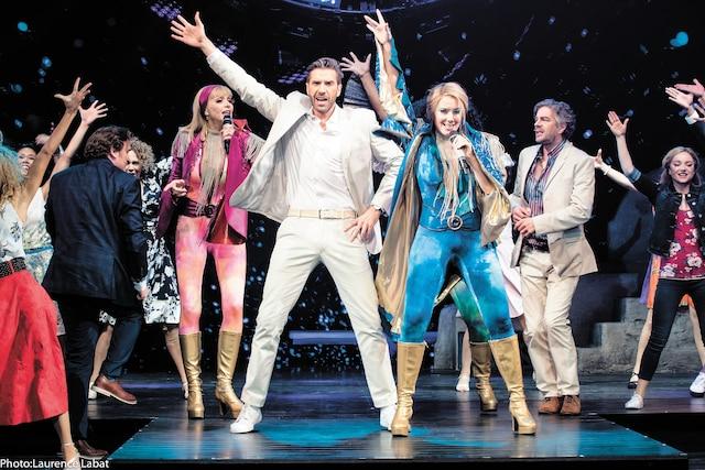 Rythmes disco endiablés, paillettes étincelantes et chorégraphies rodées au quart de tour; Mamma Mia! s'avère un divertissement irrésistible.