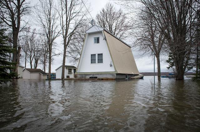 La Ville de Rigaud, en Montérégie, a déclaré l'état d'urgence jeudi en raison de la crue printanière «historique» causant d'énormes inondations sur son territoire, à Rigaud près de Montréal, samedi le 22 avril 2017. Sur cette photo: Des maisons de la chemin de la Baie Quesnel. JOEL LEMAY/AGENCE QMI