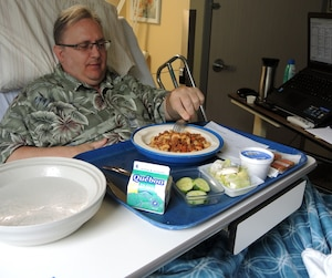 Membre du comité du menu du CHSLD, Robert Tremblay a fait une plainte pour dénoncer le remplacement des patates par des pommes de terre déshydratées. Insatisfait des menus et des coupes de certains aliments, il dépense 250 $ par mois en repas livrés de restaurants.