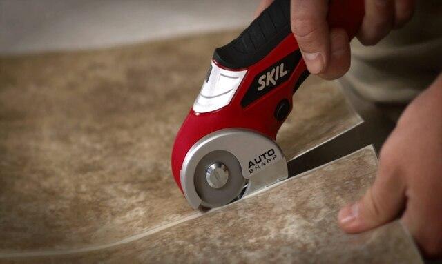 Un autre usage fort pratique du couteau à lame circulaire consiste à s'en servir pour tailler des matériaux plus épais et rigide comme du revêtement de vinyle ou encore des tuiles de vinyle, tel que montré sur la photo.