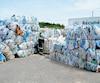 Comme plusieurs centres de tri, Récupération des Basques, à Trois-Pistoles, est « enterré » sous le plastique. Des tonnes de ballots sont accumulées à l'extérieur en raison de la crise des prix des matières recyclables.
