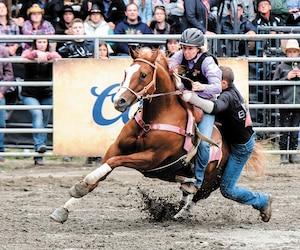 Anne Lottinville utilise un casque protecteur plutôt que le traditionnel chapeau de cowboy lors des compétitions.