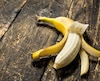 Notre répertoire de stock photos a compris la bonne manière d'éplucher une banane.