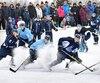 Les joueurs des Saguenéens se sont bien amusés sur la glace du parc de la Rivière-du-Moulin.