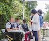 Au bout du rang Roxham, à Saint-Bernard-de-Lacolle, en Montérégie, les agents des douanes et de la Gendarmerie royale du Canada interceptent les migrants passant la frontière pendant l'été 2017.