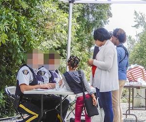 Au bout du rang Roxham, à Saint-Bernard-de-Lacolle, en Montérégie, les agents des douanes et de la Gendarmerie royale du Canada interceptent les migrants passant la frontière. Nous avons caché les visages des policiers car certains opèrent lors de missions secrètes.