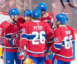 Les joueurs du Canadien célèbrent le but de Phillip Danault.