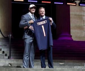 Puisque Myles Garrett brillait par son absence, le quart-arrière Mitchell Trubisky a été le premier à grimper sur l'estrade à Philadelphie, étant choisi par les Bears à la surprise générale.