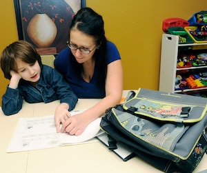 Annick Frégeau dénonce les compressions du gouvernement Couillard. Son fils Ciryl n'aura droit qu'à huit séances d'orthophonie pour toute l'année scolaire.