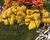 Des photos transmises au <i>Journal</i> permettent de voir le logo des matières dangereuses de classe9 sur les sacs, ainsi que le terme «amiante chrysotile».