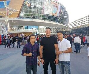 Batyr Jukembayev, Simon Kean et Steven Butler posent devant le T-Mobile Arena de Las Vegas à quelques heures du combat qui a opposé David Lemieux à Spike O'Sullivan, hier soir.