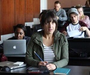 Maxim (Anne-Élisabeth Bossé) retrouve le chemin des bancs d'école dans la deuxième saison des Simone, qui sera diffusée sur les ondes d'IC Radio-Canada TV.