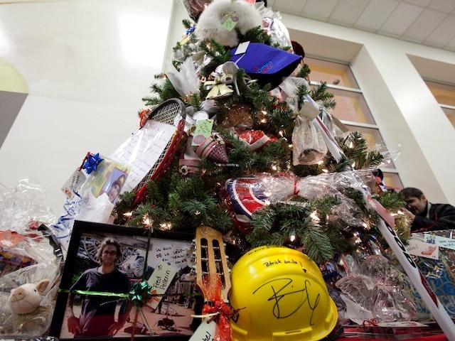 Le Sapin des stars est dans le hall de Sainte-Justine. Vous verrez la casquette de Spielberg et une réplique de l'écurie de Maxime Landry.