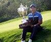 Beon Yeong Lee tient fièrement la Coupe Canada Sani Marc-Desjardins remportée dimanche.