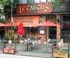 Les murs de la cuisine du resto-bar Le Caucus, à Lachute, étaient parsemés de coulisses et de résidus séchés.