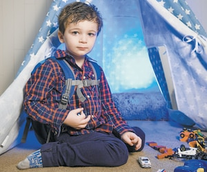 Âgé de trois ans, Benjamin Ste-Marie ne peut manger d'aliments, et est nourri par intraveineuse en raison d'une maladie rare. Malgré l'épreuve, il est souriant et donne du courage à ses parents.