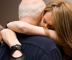 Avant de monter sur la scène du Caesars Palace à Las Vegas pour rendre hommage à René Angélil, Céline Dion a partagé hier sur Facebook une photo sur laquelle elle apparaît enlacée dans les bras de René Angélil.