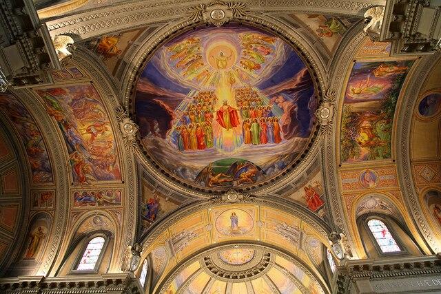 L'Église St-Anne àWoonsocket a été construite avec l'argent des paroissiens franco-américains. Cesont leurs visages que l'ontretrouvent sur les fresques partout dans l'église.