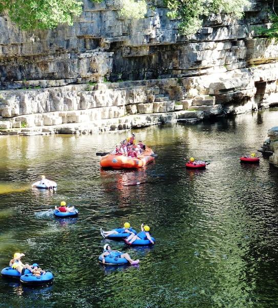 Une descente en rafting ou en tube est une façon idéale de découvrir les canyons d'Ausable Chasm.
