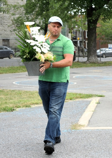 Une cérémonie a eu lieu dans la cour d'école de Saint-Nom-de-Jésus, dans Hochelaga-Maisonneuve, pour souligner les 20 ans de la mort de Daniel Desrochers. Son oncle, Rick Desrochers, dépose des fleurs pour honorer la mémoire du garçon de 11 ans.