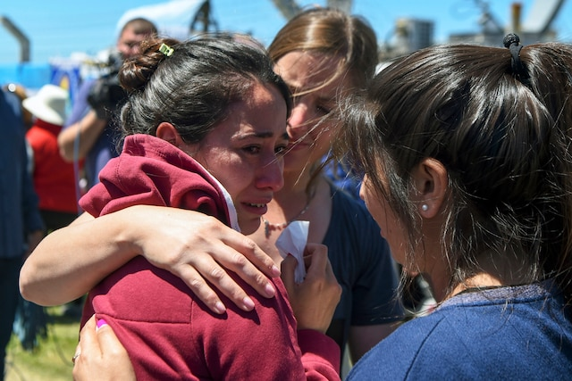 Les proches des 44 membres d'équipage du sous-marin San Juan apprennent qu'une explosion est probablement en cause dans la disparition du submersible.