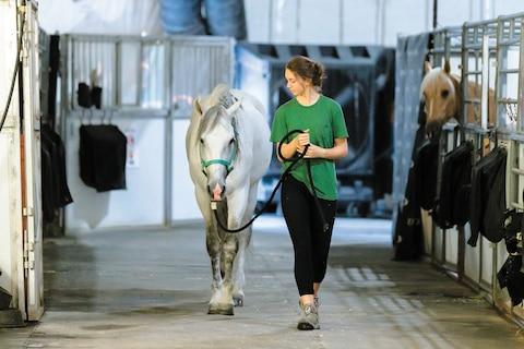 Estelle bernatchez plimbare cu un cal la grajduri .