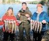 Ces trois adeptes de pêche ont eu beaucoup de plaisir à déjouer les arcs-en-ciel et les mouchetées de Kenauk Nature.