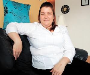 Cynthia Savard dans son appartement de Longueuil. Elle a récemment décidéde se prendre en mains et d'intégrer le marché du travail.