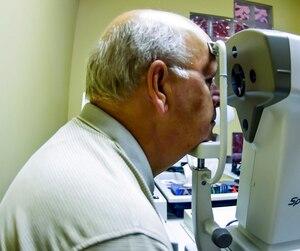 Des personnes âgées craignent par exemple de ne plus pouvoir passer certains tests chez leur optométriste.
