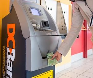 De très nombreux guichets privés ATM (dont plusieurs situés dans des bars, des dépanneurs et des restos) continuent d'être opérés au Québec sans afficher la vignette obligatoire de l'AMF.
