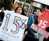 Manifestation pour demander notamment la hausse du salaire minimum à 15$ l'heure devant les bureaux du premier ministre, en novembre 2015.