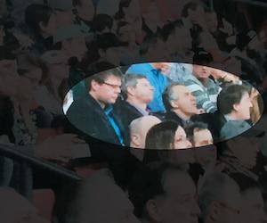 Trois gestionnaires, dont Michel Gauthier (deuxième à partir de la gauche) et un directeur de Bell, Louis Martel (à droite), ont été photographiés au Centre Bell en février, déclenchant une enquête administrative de la direction du CSPQ.
