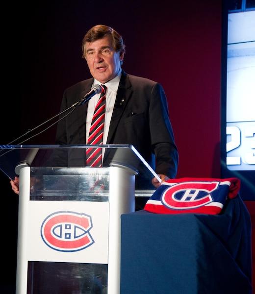 Le Canadien de Montréal a tenu une conférence de presse au Centre Bell le jeudi 19 juin 2014 afin de confirmer le retrait du numéro 5 de l'ex-défenseur Guy Lapointe durant la prochaine saison. Sur la photo, Serge Savard. MARTIN ALARIE/AGENCE QMI