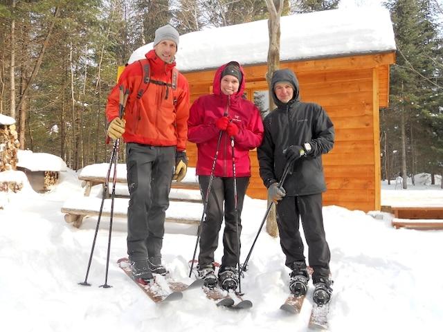 Le trio avec qui j'ai fait l'essai du ski-raquette : Marc-André Lebuis, d'Éco Aventure Monde, Janick Raymond, guide en tourisme d'aventure, et René Levac, du parc régional de Val-David-Val-Morin, secteur Far Hills.