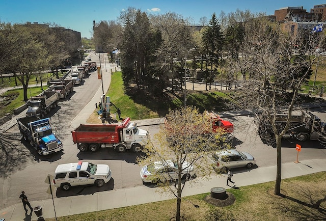 Les camionneurs manifestent dans les rues de Quebec, près de l'Assemblée nationale.