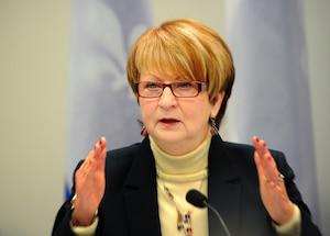 Lucienne Robillard présidente de la Commission de révision permanente des programmes lors d'une conférence de presse au ministère du Conseil du trésor.