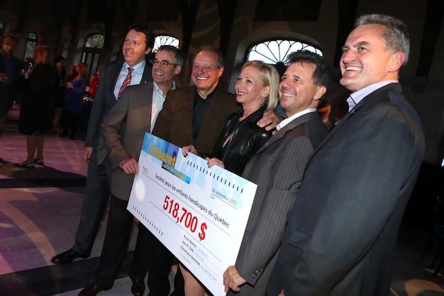 La remise du chèque de 518 700 $ lors de la Soirée-bal pour l'Association des enfants handicapés.