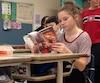 Laurence Boissonneault aime jouer avec l'élastique pendant qu'elle lit dans la classe. Elle assure que ça lui permet d'être moins stressée pendant les examens.