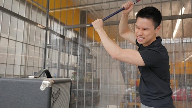 Le propriétaire du centre Tim Cheung dans la « Cage à rage »