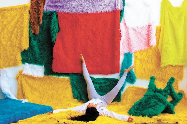 <b><i>Safe Space (zone sécuritaire)</i></b><br/><b>Sculpture de fausses fourrures – 10pi x 5pi</b><br/>Des œuvres qui reflètent l'enfance de l'artiste et son désir de la remodeler. Des couleurs qui lui rappellent l'innocence, l'école primaire, les palettes bruyantes des bodegas surpeuplées et des ongles en acrylique frais. Œuvre de Uzumaki Cepeda – À la galerie Art Mûr.