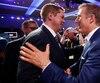 Maxime Bernier (à droite) félicite Andrew Scheer après l'annonce des résultats.