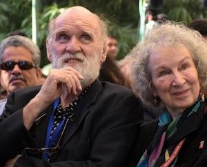 Margaret Atwood accompagnée de Graeme Gibson