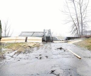 L'eau passait par dessus la digue sur la 37e avenue à Pointe-Calumet dans les Laurentides le 26 avril dernier en raison des vents et de la pluie.