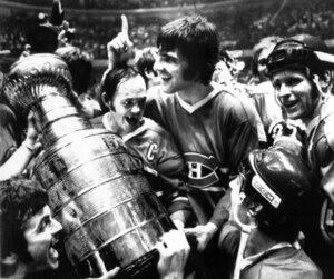 Une Coupe Stanley pas comme les autres. Cette conquête ramenait le beau hockey à l'avant-plan. Yvan Cournoyer, le capitaine, et Serge Savard, «le Sénateur», montrent leur joie devant Doug Risebrough, qui admire ces vétérans.