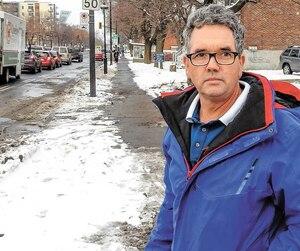 Le conjoint de la victime, Simon Duclos, à l'endroit où sa femme a été heurtée, samedi, par une autopatrouilledu SPVM.