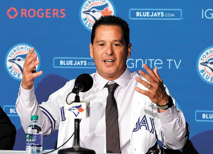 Le nouveau gérant des Blue Jays de Toronto, Charlie Montoyo, lorsque présenté à la presse, lundi, au Rogers Center de Toronto.