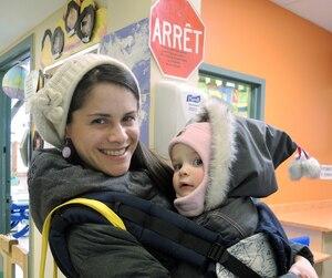 Olivia Bernardon a soutenu que les bonifications semblaient être une bonne nouvelle, mais elle désire attendre de voir son prochain rapport d'impôt avant de se réjouir. Elle venait chercher sa petite Clara, 1 an, mardi, au CPE du Carrefour.
